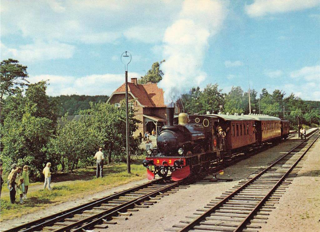 Loket Berg med vagnar vid Brösarps station på Skånska Järnvägars första trafikdag den 18 juli 1971. Foto Lennart Sandén, SkJ