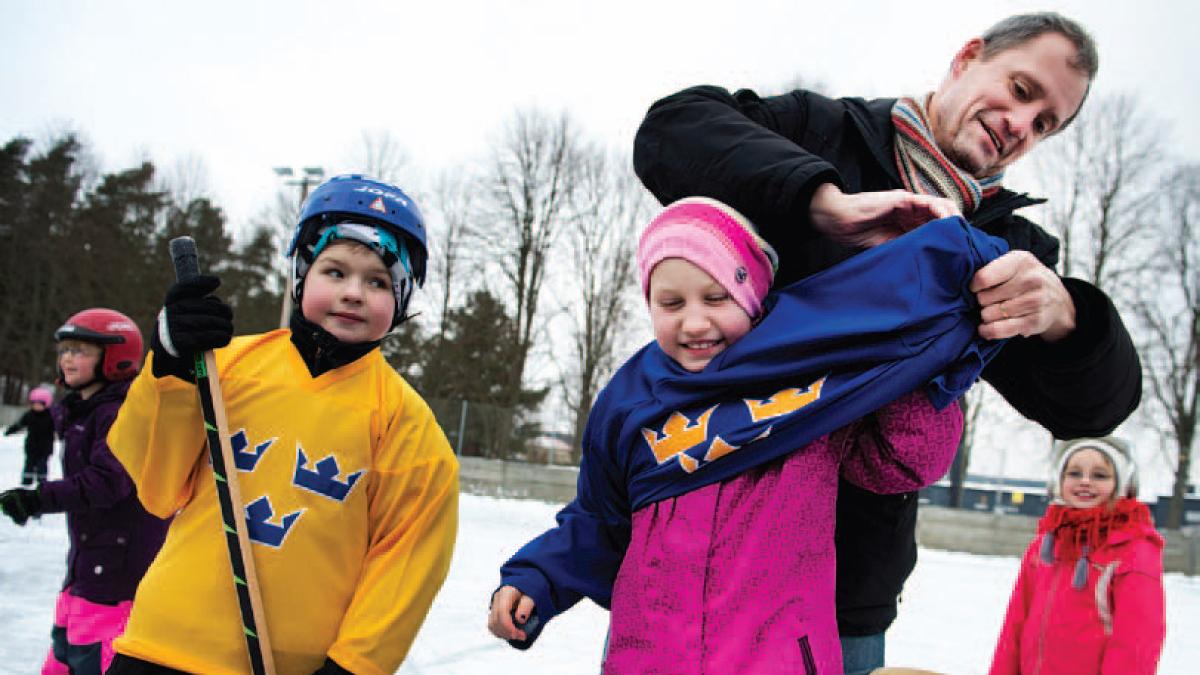 Förre NHL-proffset och VM-guldhjälten Peter Sundström besökte Brösarpden 22 januari 2013 för att överlämna material till Tre Kronors hockeyskola.
