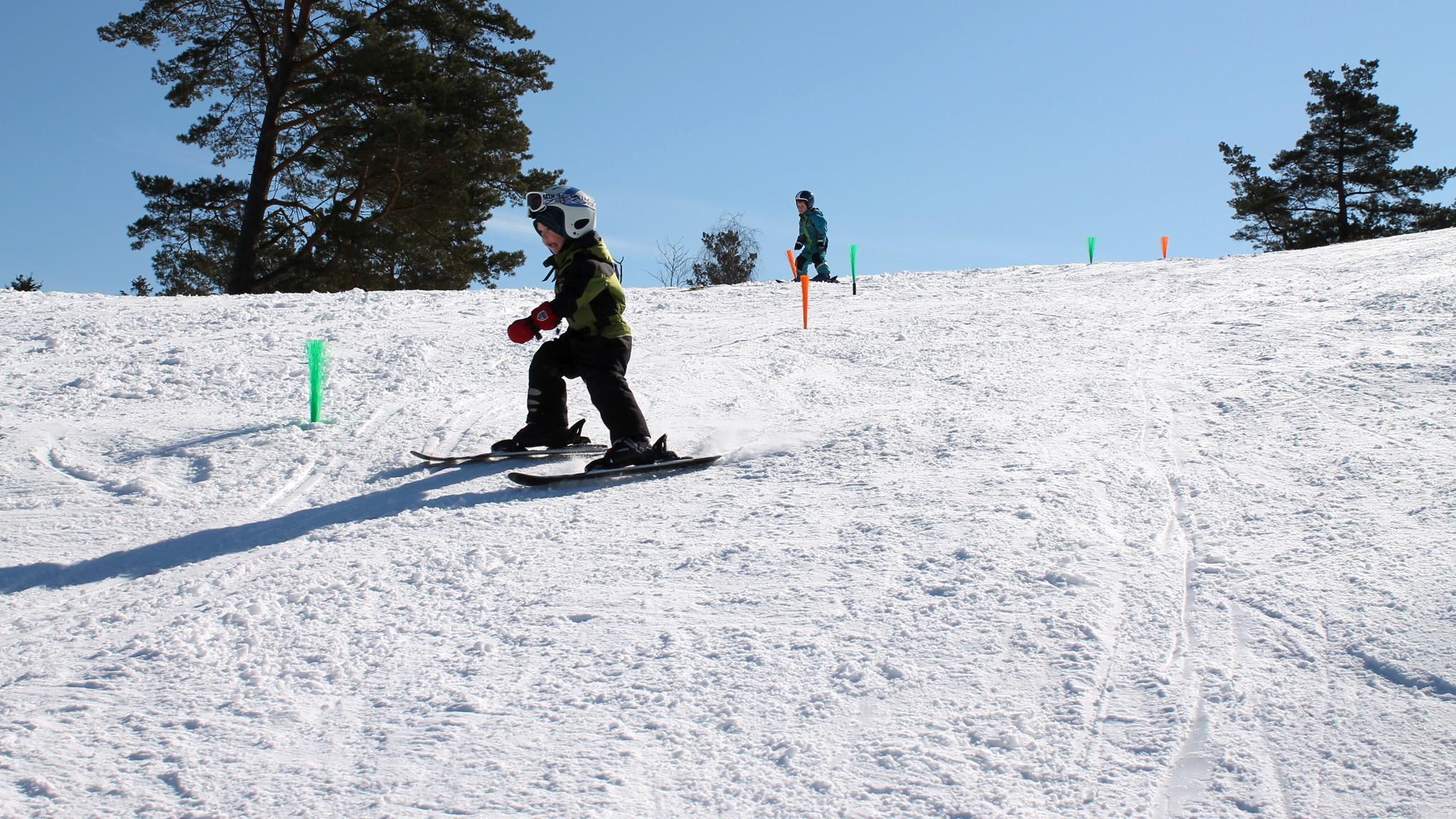 Hur många byar i Sydsverige har en alpin skidanläggning att roa sig i? Skidbacken Ornahög i Brösarp har genomgått både renovering och utveckling.