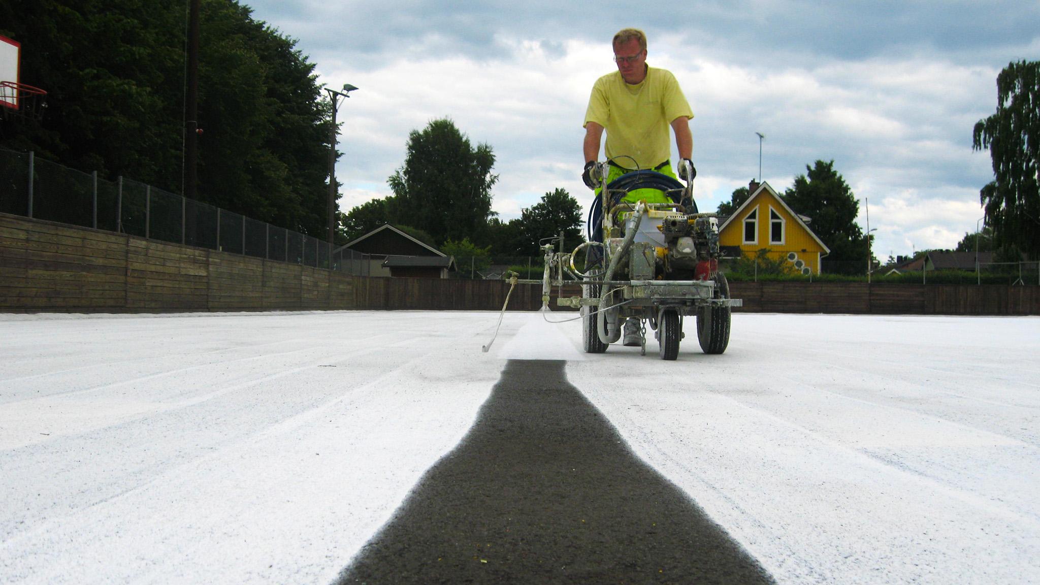 Tillsammans med Brösarps IF och Cleanosol vitmålade vi asfalten och höjde albedot så att vinterns solstrålar inte ska smälta isen lika lätt som förut.