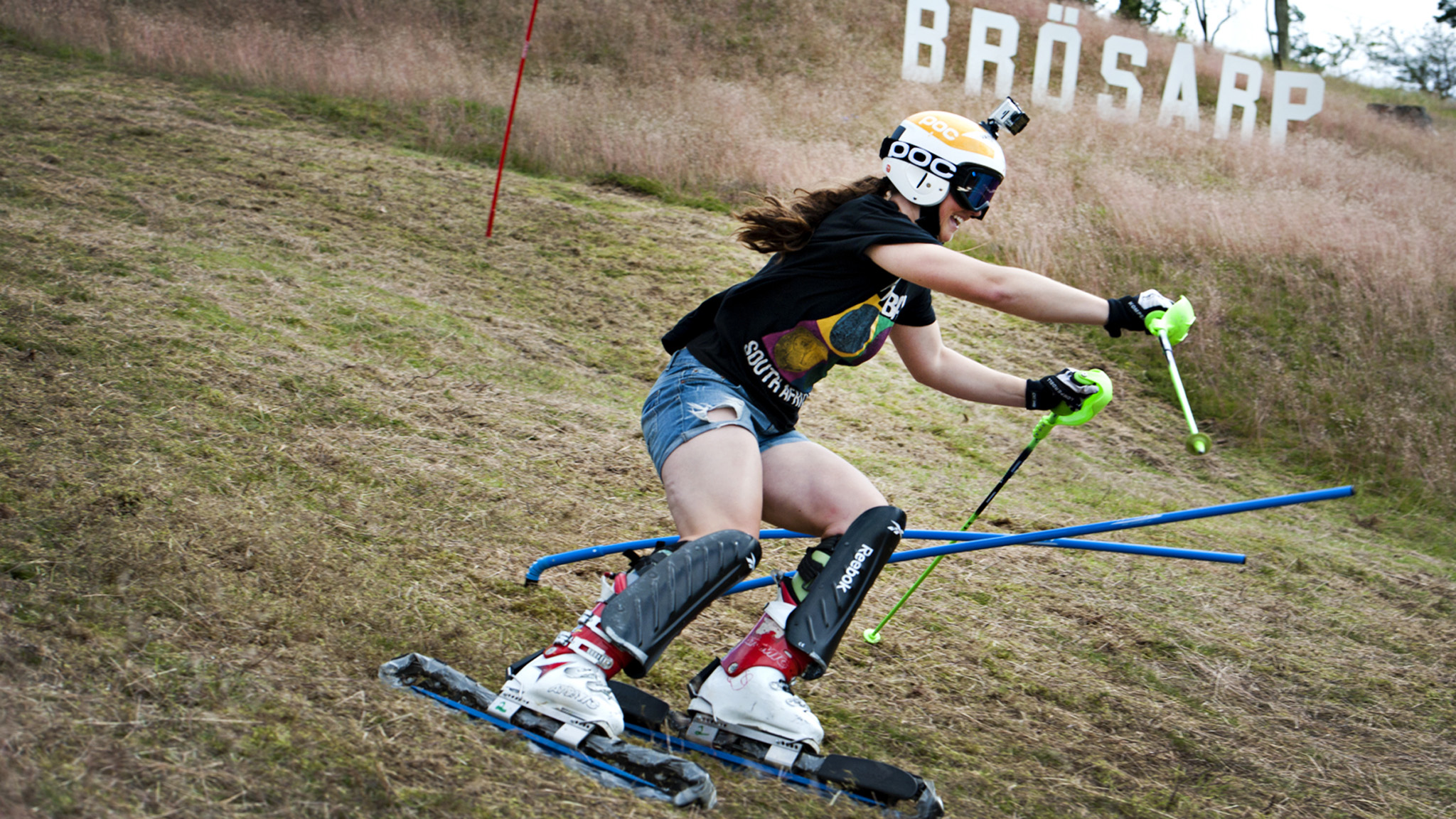 Alpina landslagets Paulina Grassl, juniorvärldsmästare i vanlig slalom 2010 och svensk mästare i parallellslalom 2012, tävlade i Sveriges och Brösarps första SM i grässlalom. Foto Emilia Olofsson