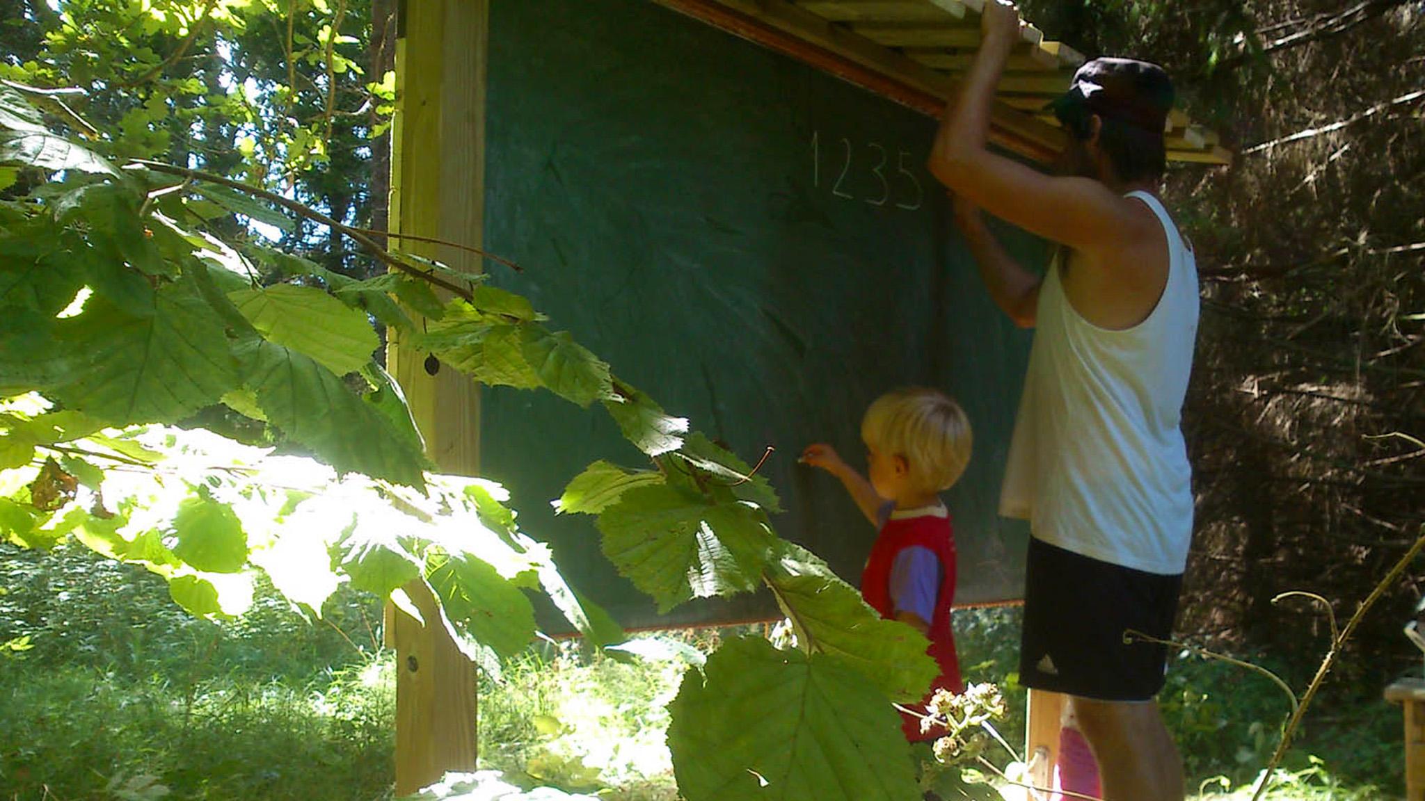 Brösarps skola och förskola fick sitt eget skogsklassrum, en griffeltavla att skriva på och stockar att sitta på, mitt ute i naturen ett stenkast från skolan.