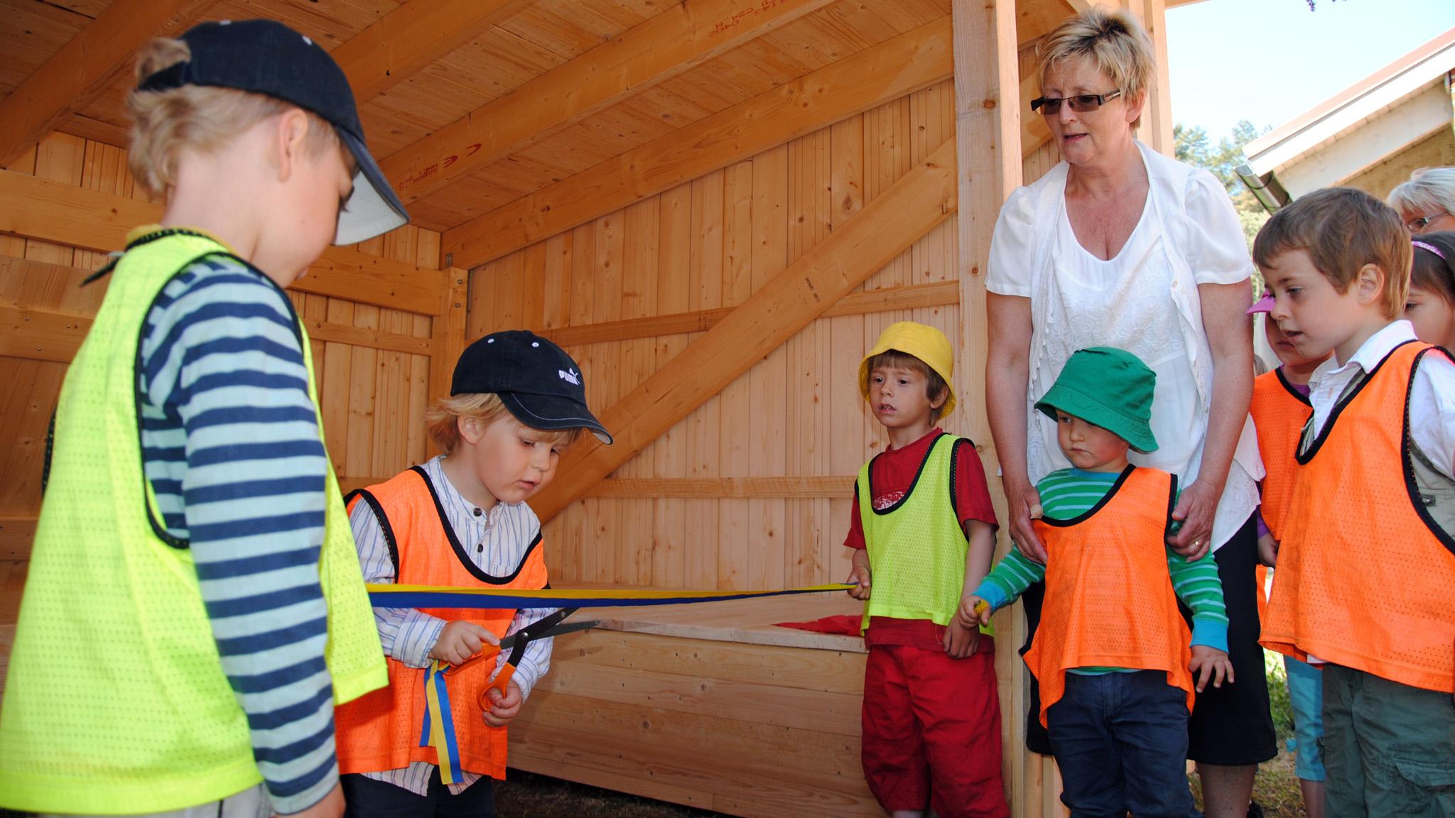 I Ur och Skur-barnen inviger sin nya sovplats, ett vindskydd med plats för 18 sovande barn på sovavsatsen och ytterligare 4–5 barnvagnar under taket.