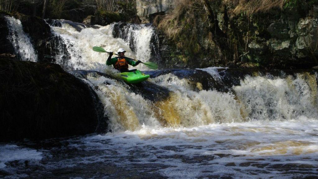 Forpaddling i Hallamölla. Har du erfarenhet kan du uppleva krafterna i Skånes högsta vattenfall från nära håll. Foto: www.kajakaventyr.se