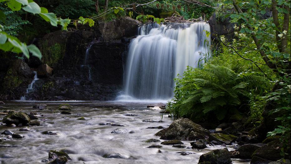 I fem forsar faller Hallamölla vattenfall sammanlagt 23 meter, vilket gör det till Skånes högsta vattenfall.