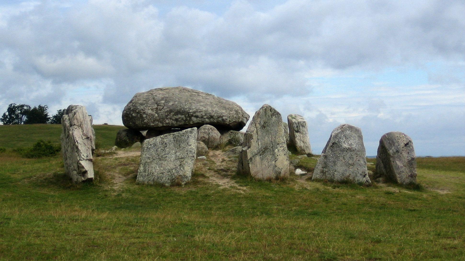 Havängsdösen är en 5 500 år gammal megalitgrav som länge låg gömd under sanden men blottades under en kraftig höststorm år 1843.