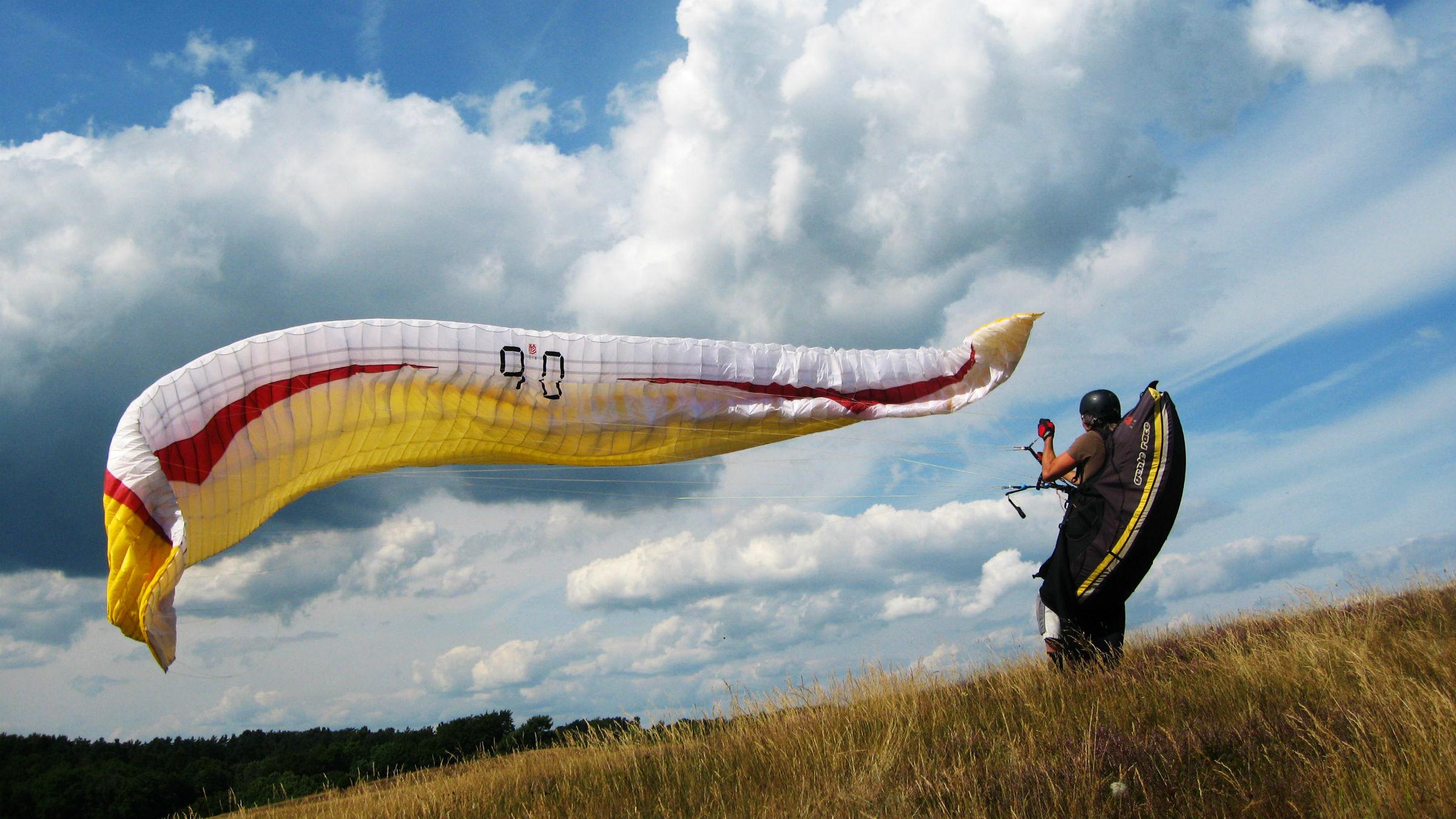 Varför inte uppleva naturen från ovan? Haväng och Brösarps norra backar fungerar bra för skärmflygning.
