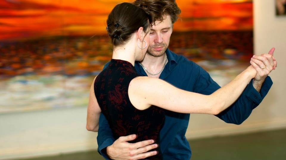 Hos Amatango i Månslunda kan du dansa, andas och leva tango. Här finns kurser, workshops och tangocafé.