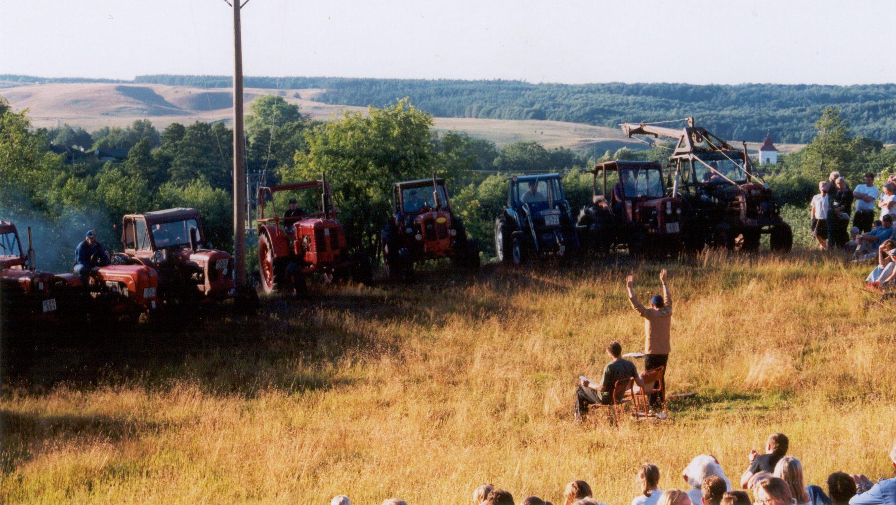 Ornahög blev skådeplats när över 2 000 personer vallfärdade för att se Sven-Åke Johanssons konsert för tolv traktorer den 20 juli år 2000. Foto: Ellinor Gylling