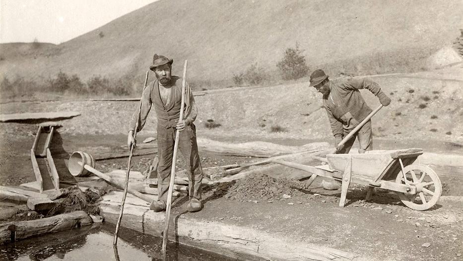De sista arbetena vid Alunbruket 1910. Foto: Wikimedia Commons CC BY 3.0