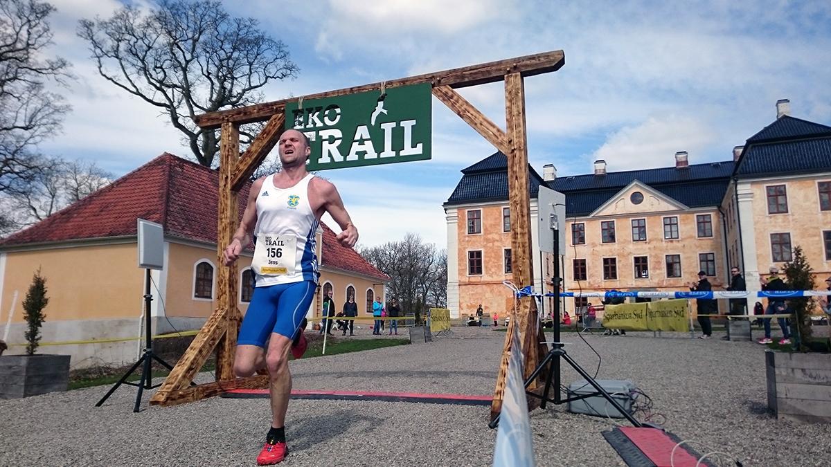 Jens Persson från Ystads IF är först i mål på 12 km på segertiden 55.23 (tim/min/sek). Foto: Fabian Rimfors