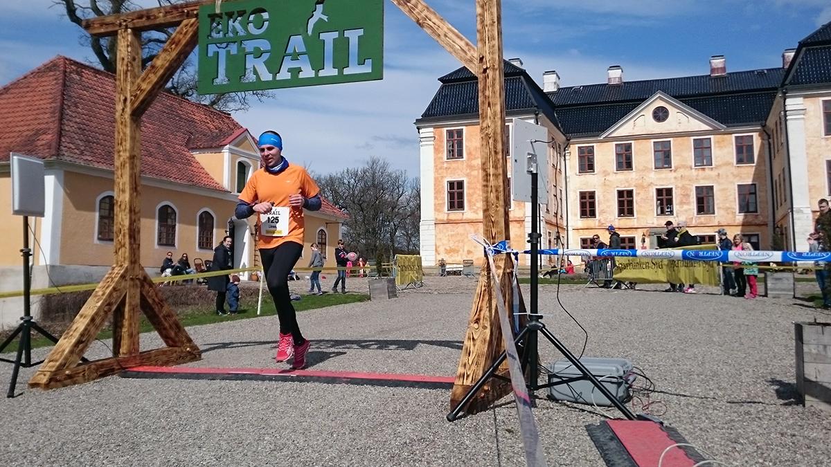 Tvåa på herrarnas 12 km, Linus Malmsten, går i mål på silvertiden 1.00.18 (tim/min/sek). Foto: Fabian Rimfors