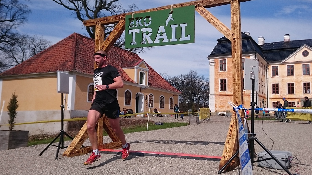 Mikael Käll från Club Käll går i mål på femte bästa herrtiden på 12 km, 1.03.49 (tim/min/sek). Foto: Fabian Rimfors