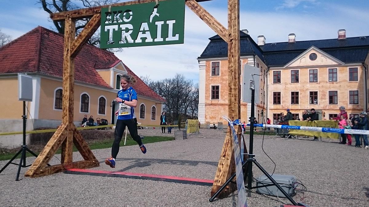 Anna Svensson från IS Göta går i mål på 12 m på silvertiden 1.03.58 (tim/min/sek). Foto: Fabian Rimfors