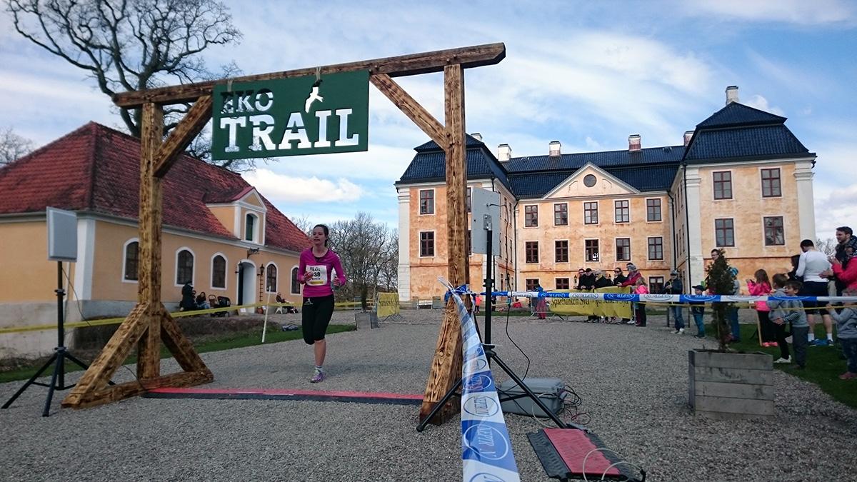 Annelie Nilsson från Munka Fysio och rehab löper in i mål på femte bästa damtid, 1.11.16 (tim/min/sek). Foto: Fabian Rimfors