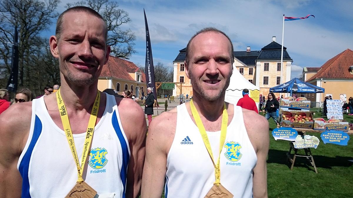 Klubbkompisarna Jimmy Caldén (tionde man 12 km) och Jens Persson (segrare 12 km) från Ystads IF. Foto: Fabian Rimfors