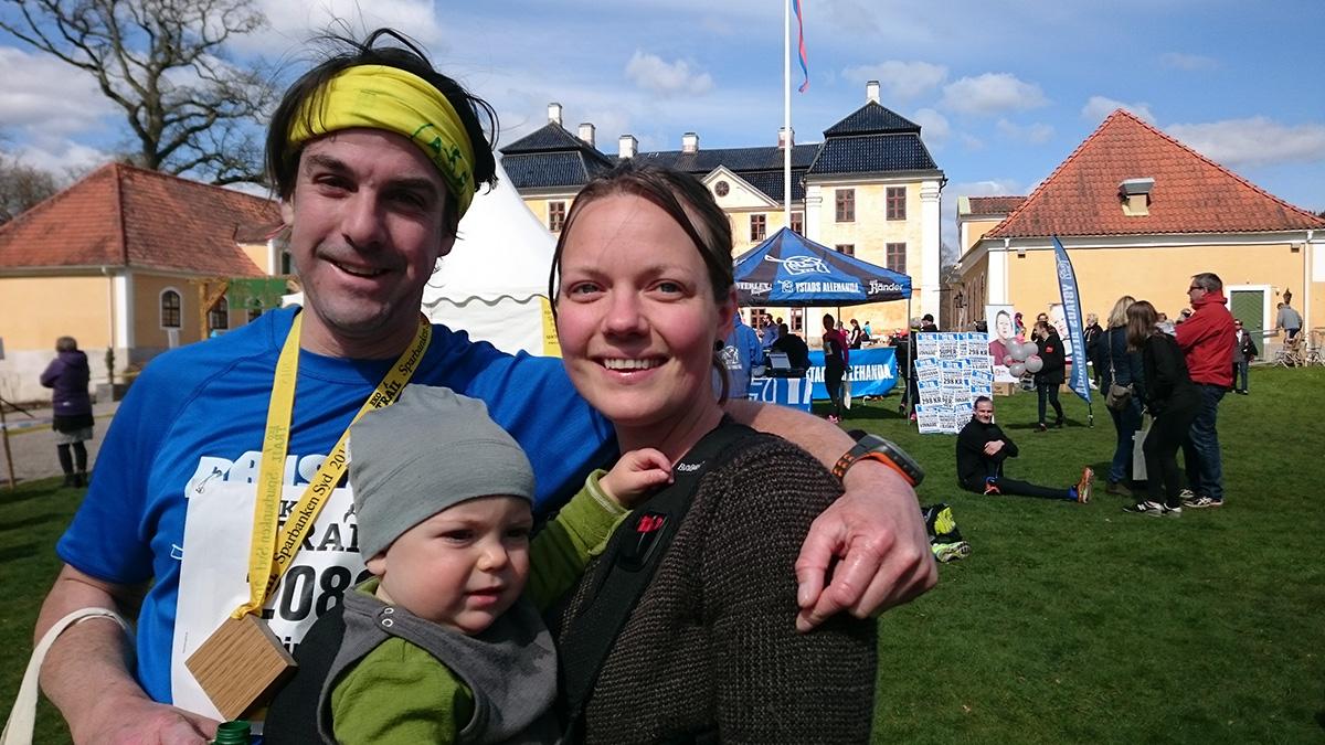 """Familjen Foxwell, med Simon, Maria och Klara, från Bath i England. """"By far the most beautiful half marathon I have ever run"""", enligt Simon."""