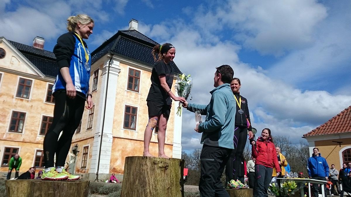 """Medaljöserna på 12 km: Anna Svensson (silver), Yoie """"Rastarunner"""" Bohlin (guld) och Caroline Lindqvist (brons). Foto: Fabian Rimfors"""