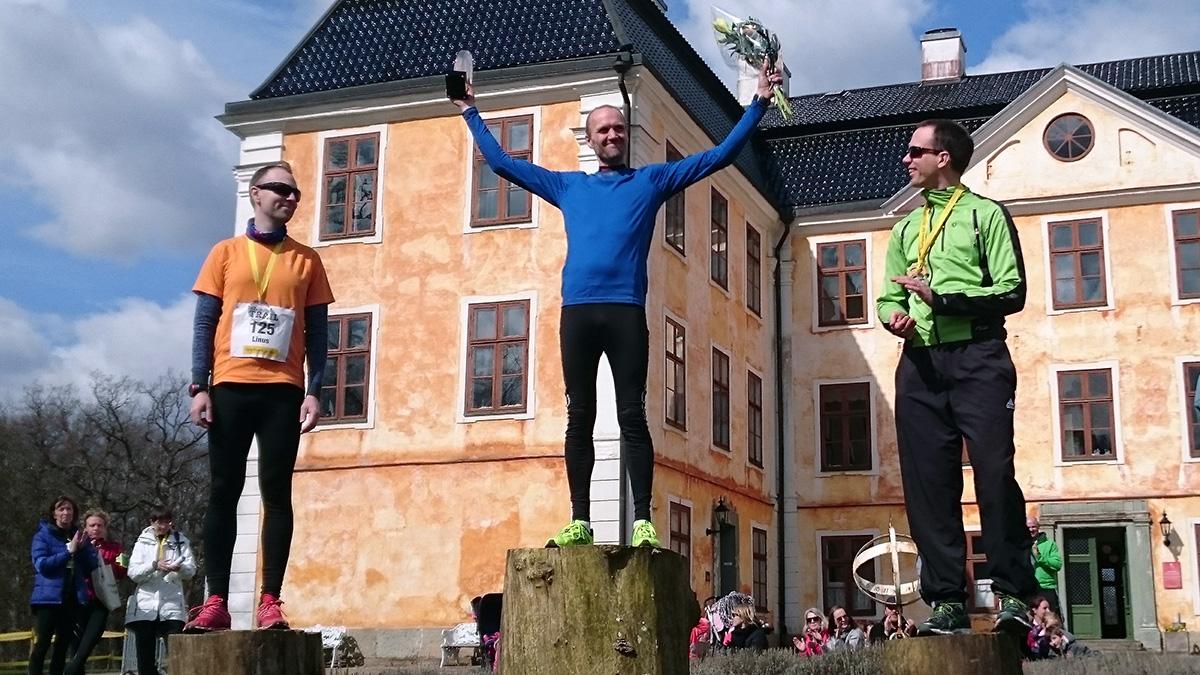 Medaljörer på 12 km herr: Linus Malmsten (silver), Jens Persson (guld) och Andreas Johansson (brons). Foto: Fabian Rimfors