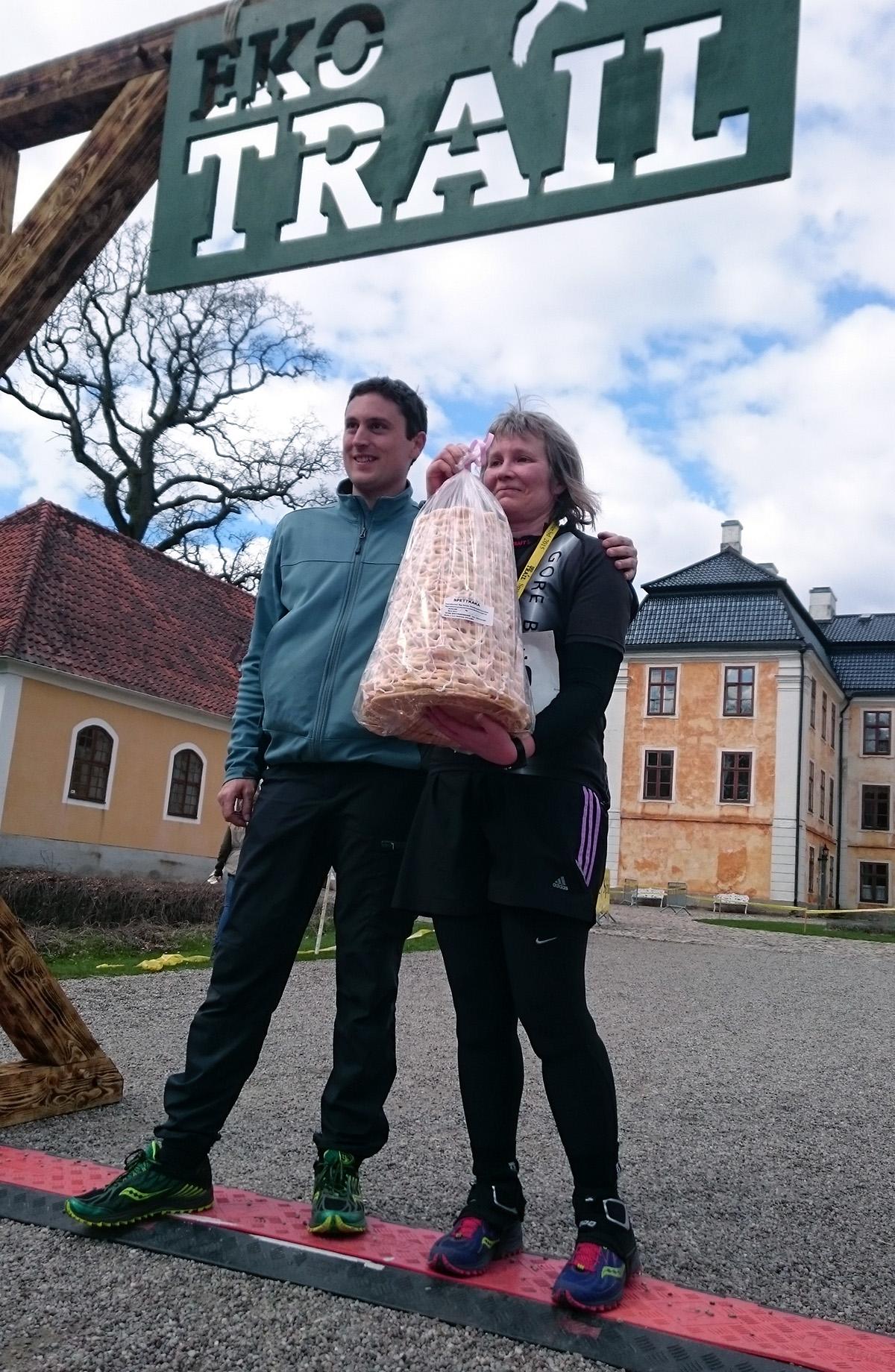 Sist i mål men först att springa 3 mil, Siv Thams Andersson, sprang fel och gick i mål på 21 km med tiden 3.38.53. Här tillsammans med Eko Trails grundare och arrangör Gaël Joly. Foto: Fabian Rimfors
