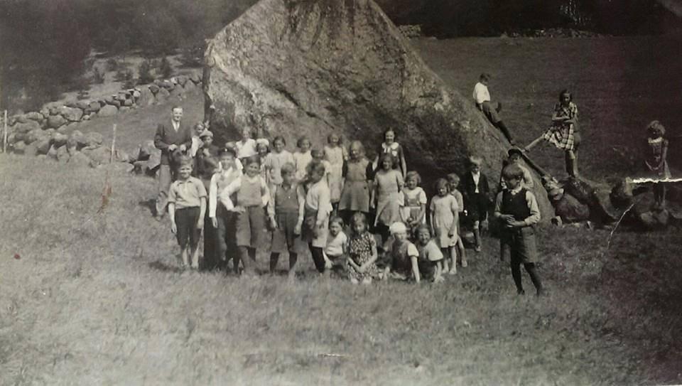 Gammal bild på skolklass som besöker Krogrygg då det fortfarande var betesmark runtomkring.