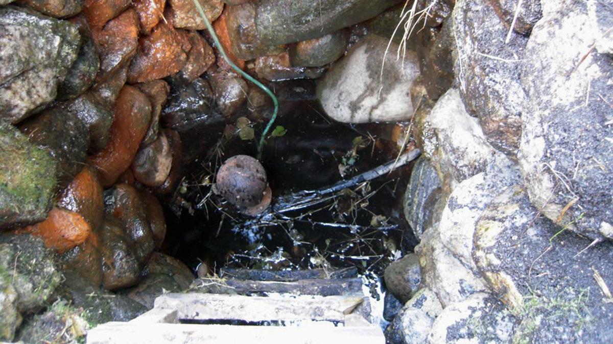 Väduren pumpar upp vattnet 30 meter från källan och upp till gårdshusen.