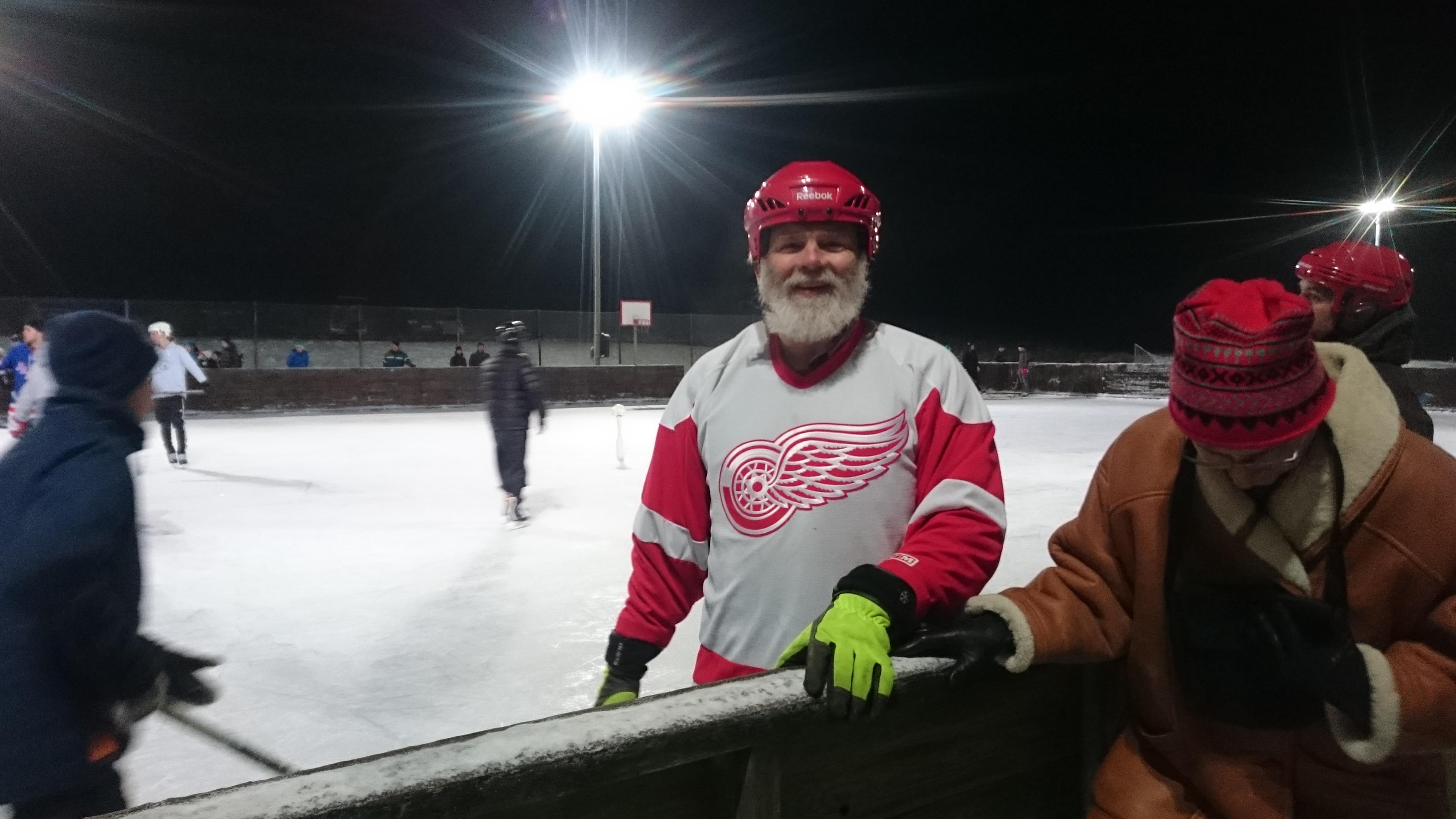 Under det gröna matchstället bar Jonas Hermansson sin NHL-favorit: Detroit Red Wings. Jonas spelade för Brösarp i SDS-pucken 1975,
