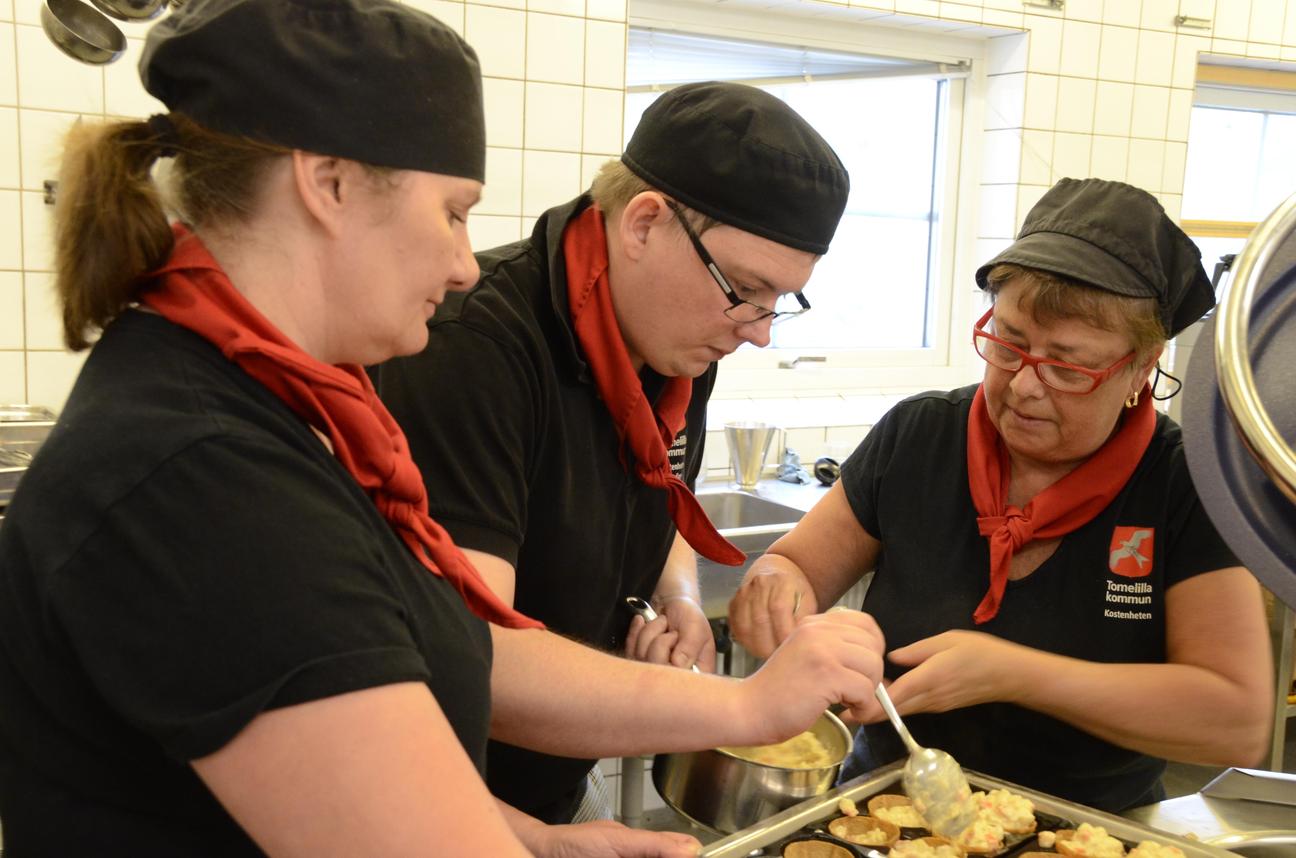 Förste kocken Stefan Persson inlånad från Kastanjeskolans kök flankeras av Marit Lindholm och Kerstin Mårtensson när de lägger upp lunchens förrätt.
