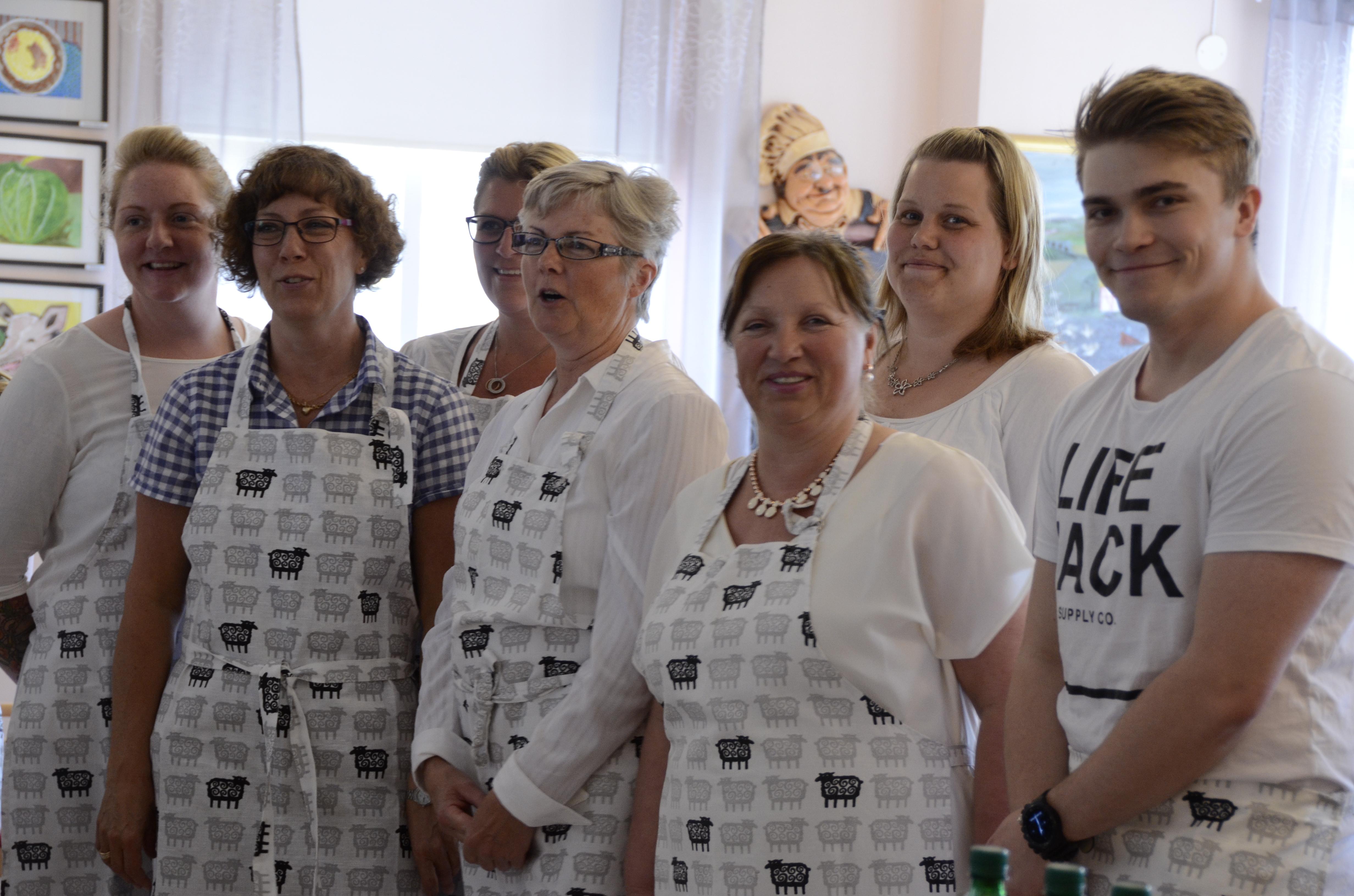 Personalen vid Brinkehem stod för serveringen vid dagens festmiddag – här några av dem på bild