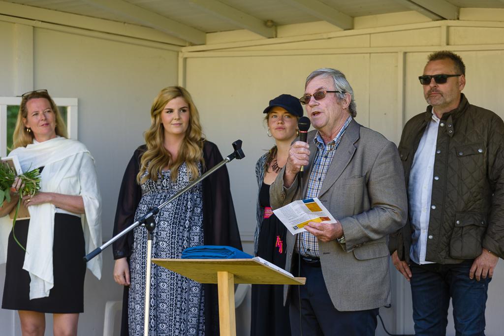 Från vänster: Renee Carlson, stipendiaterna Emma Emanuel-Persson och Maja Rooth, Göran Trobro (ordf i Länsförsäkringar Göinge-Kristianstad) och Per Börjesson, som representerar stiftelsen Stig Lindqvist, som delar ut stipendierna. © Sven Persson/swelo.se