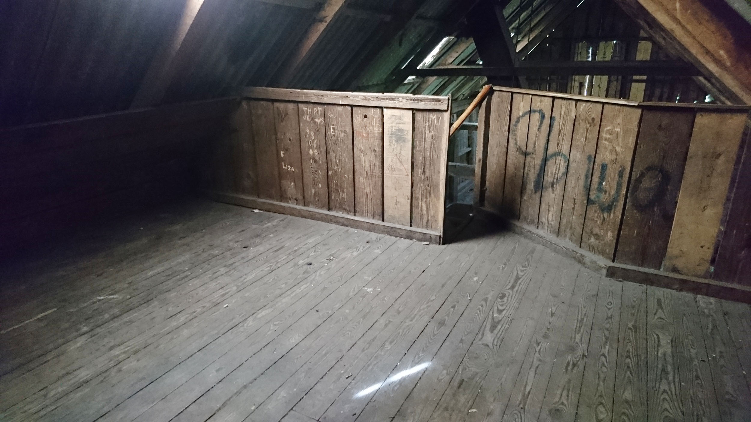 Det finns sovloft i två våningar i Vantalängan.