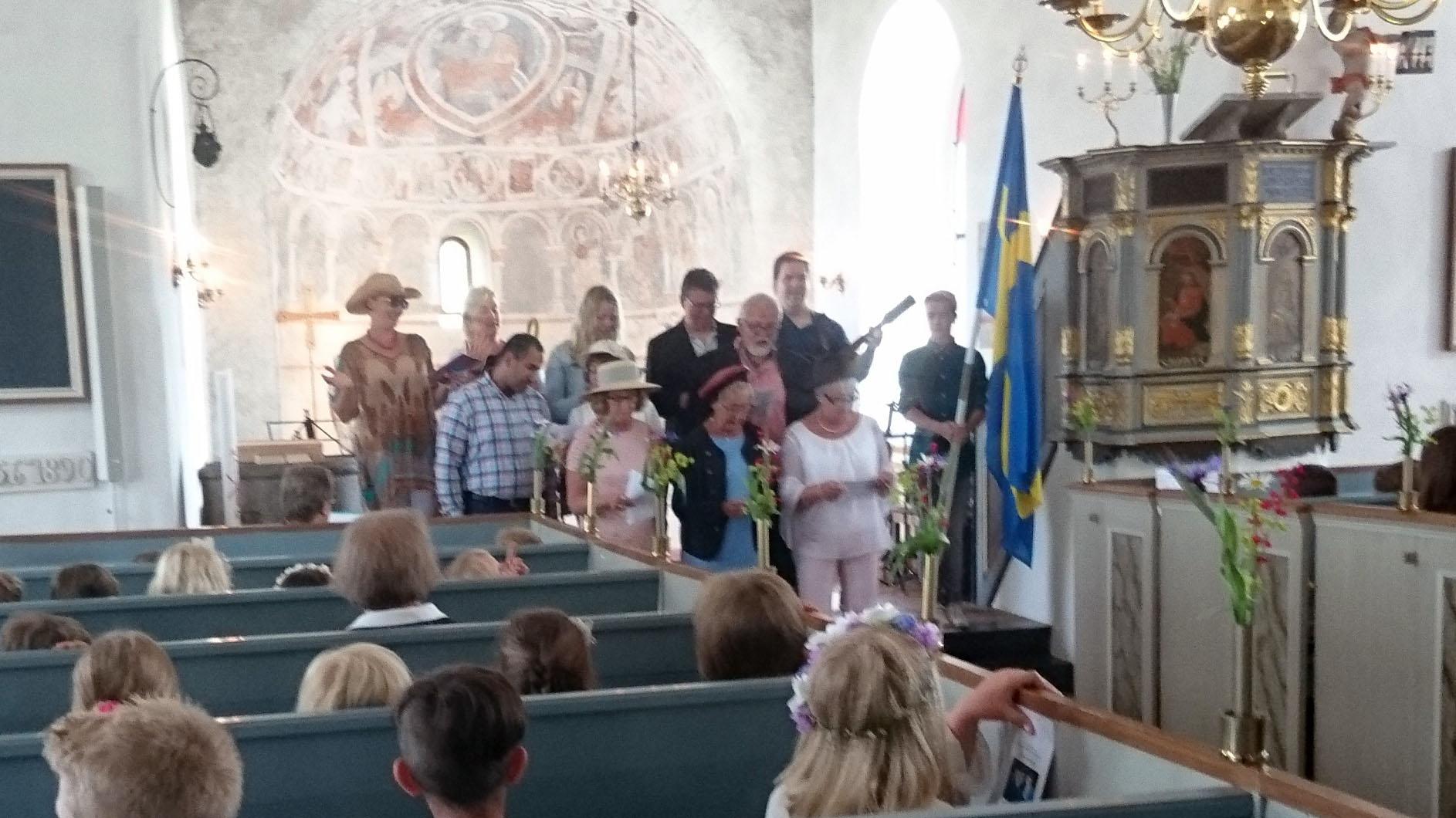 Lärarna har tagit med rekvisita i forma av solhattar och solglasögon och drar av Peps Perssons gamla slagdänga Oh Boy.