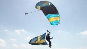 Flyghopp, eller fallskärmshopp, på nationaldagen.