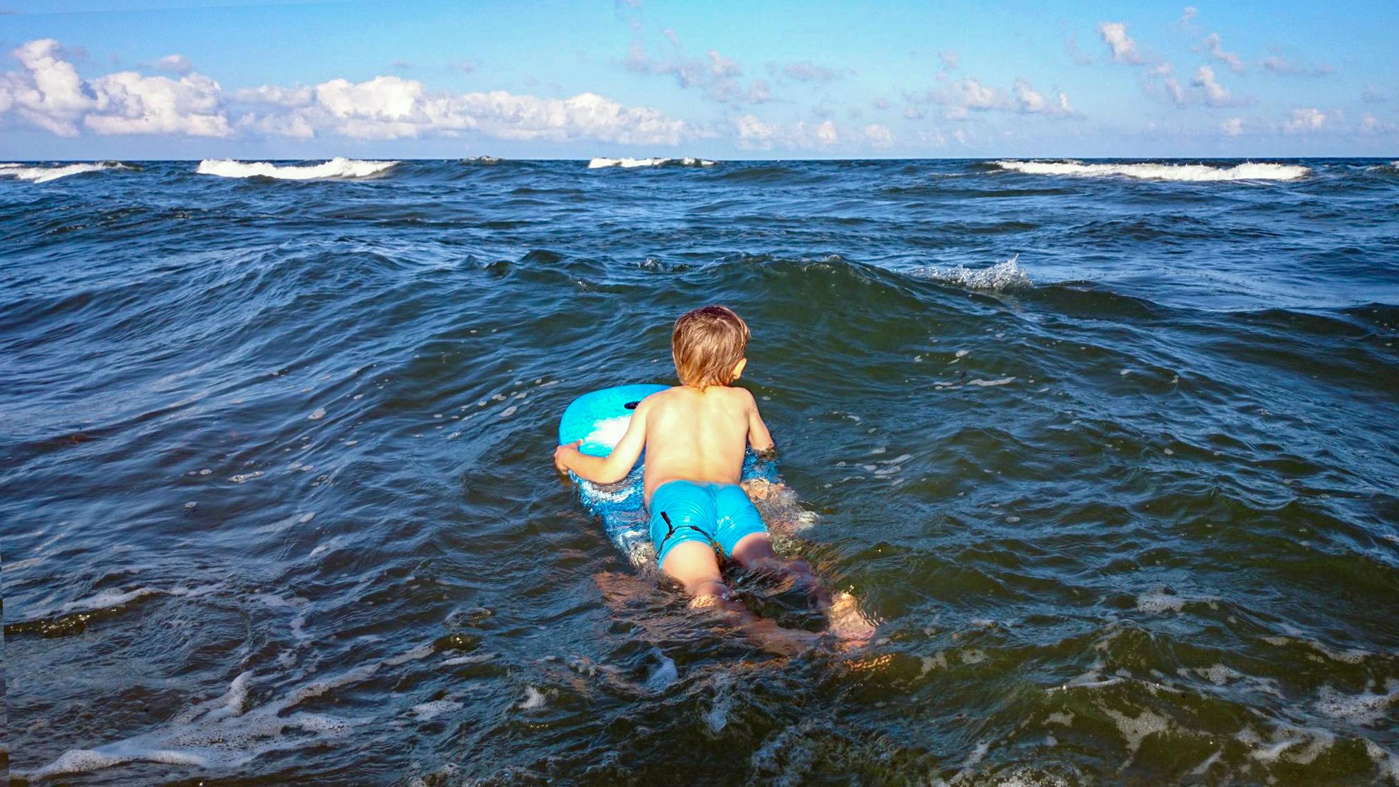 Vågsuring med bodyboard på Haväng är semester.