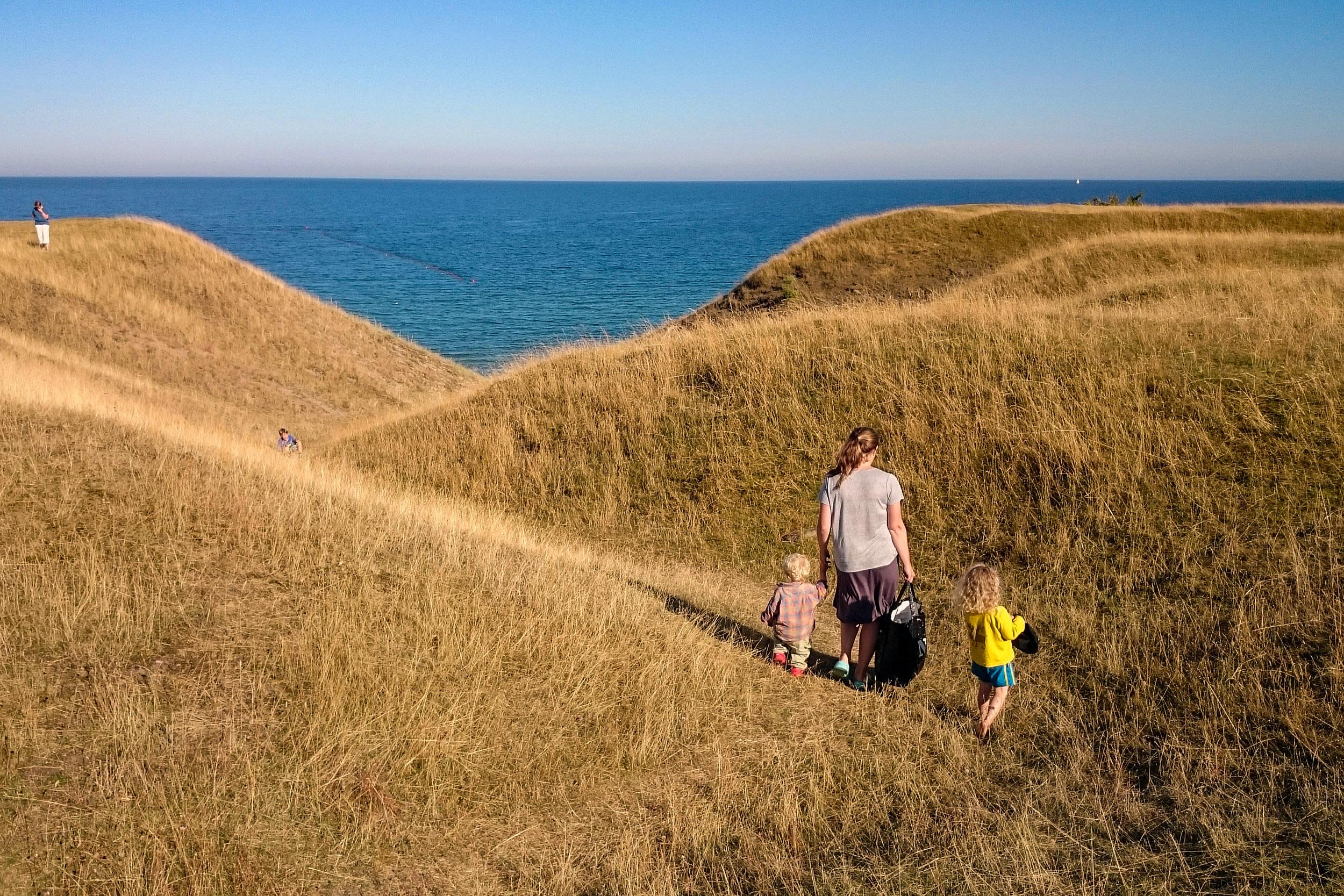 Ravinen mitt på skjutfältet slingrar sig mer mot havet.