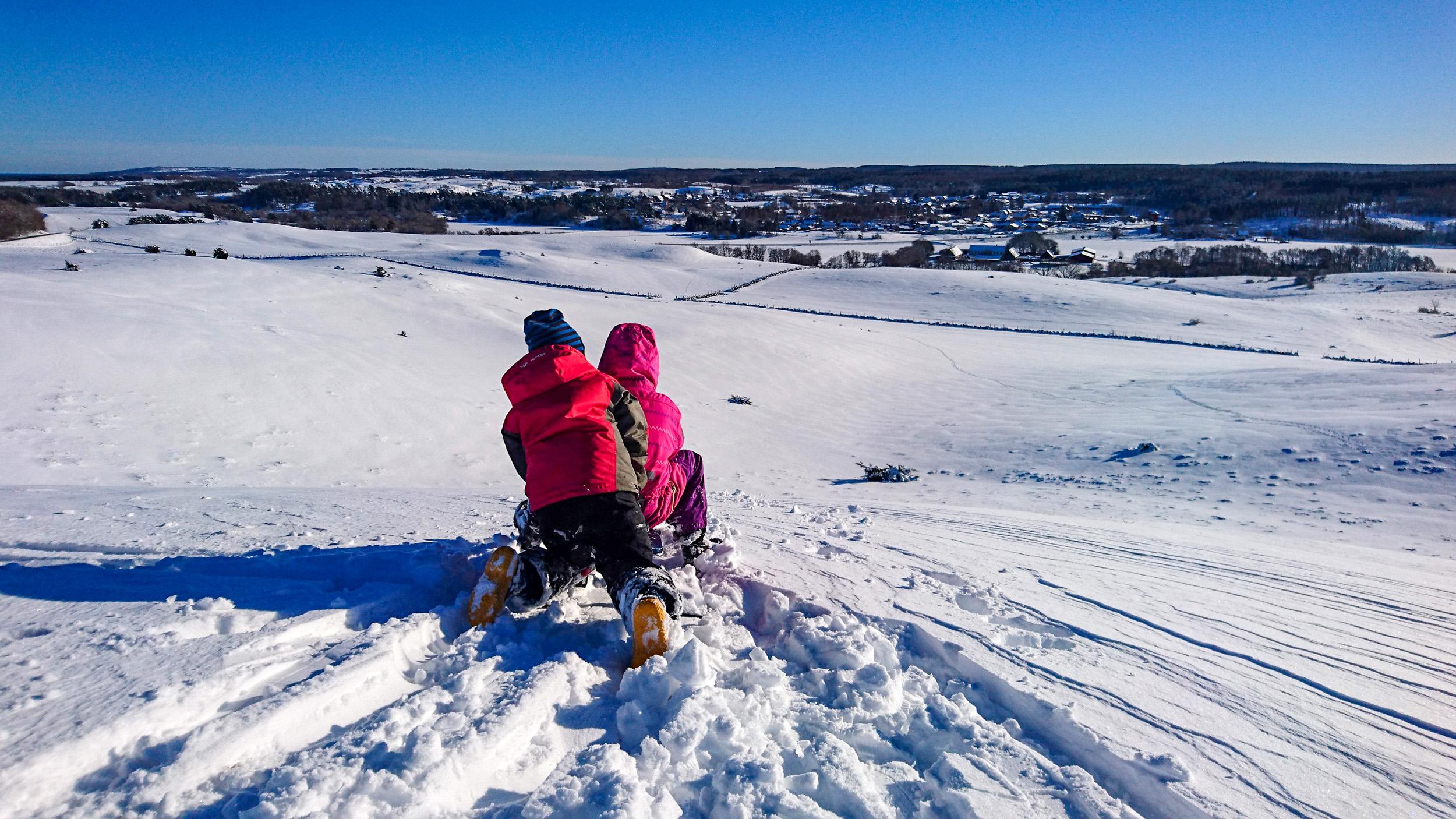 Det blir dubbelt så kul med två på snowracern i Brösarps norra backar.