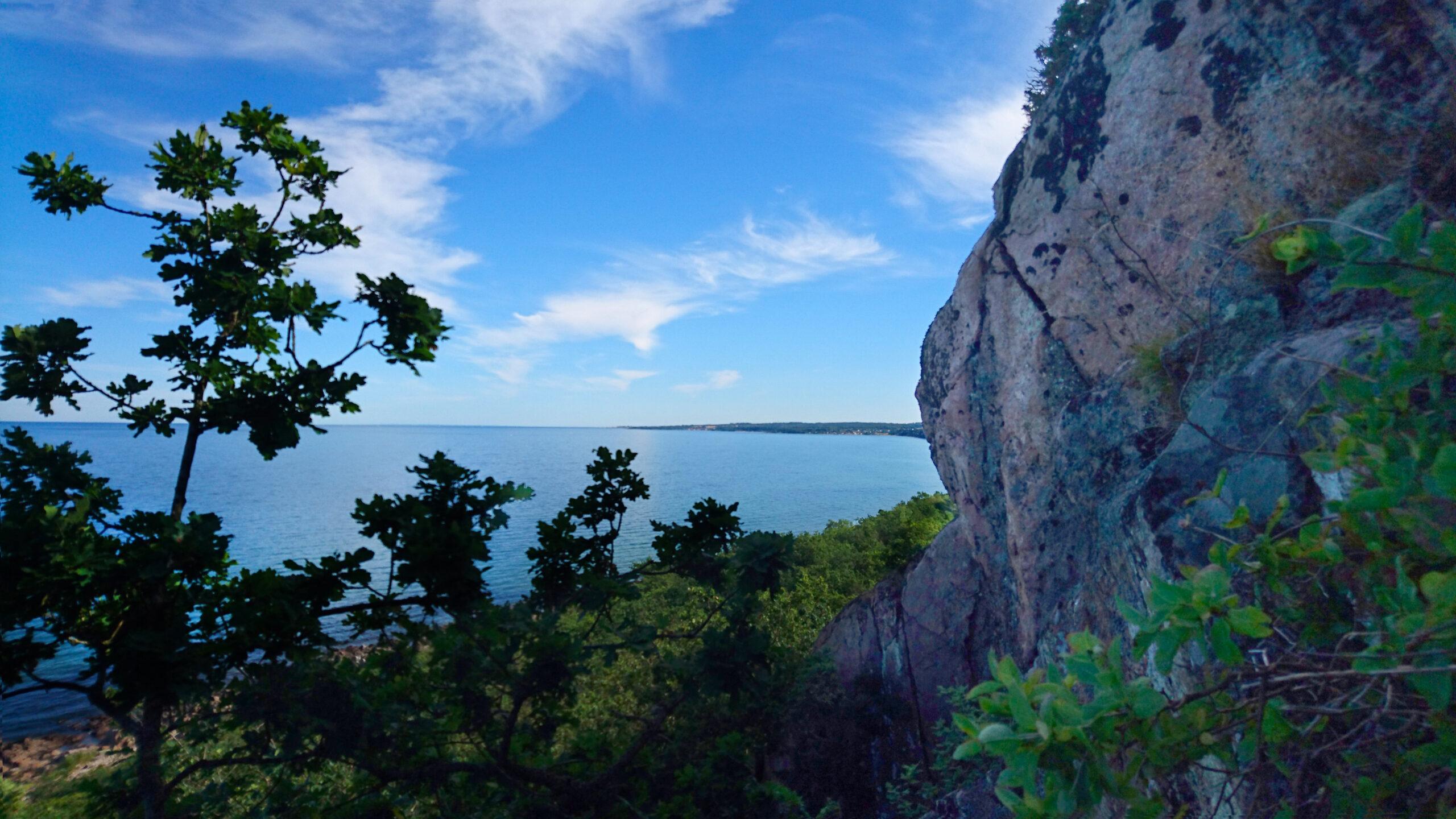 Stenshuvuds lodräta klippor vetter rakt österut och kan nästan bara ses från havet.
