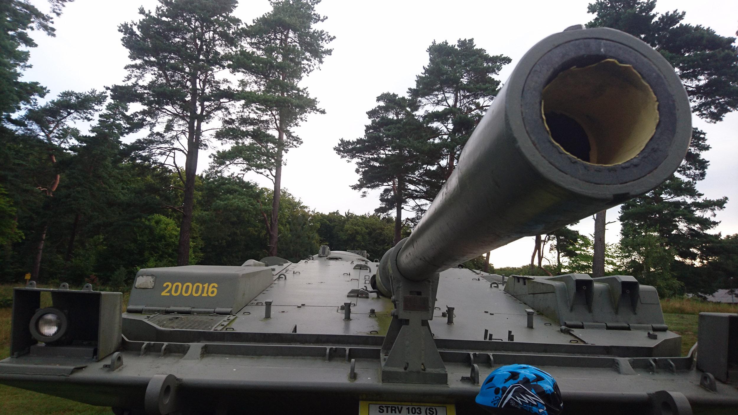 En stridsvagn från 1960-talet står uppställd i militärbyn Dammåkra.