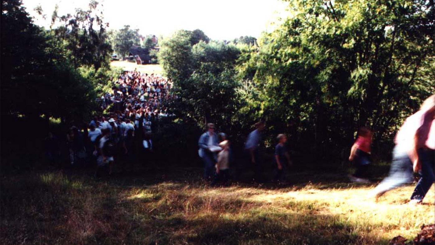 Över tvåtusen människor strömmade till för att lyssna på gasande traktorer.