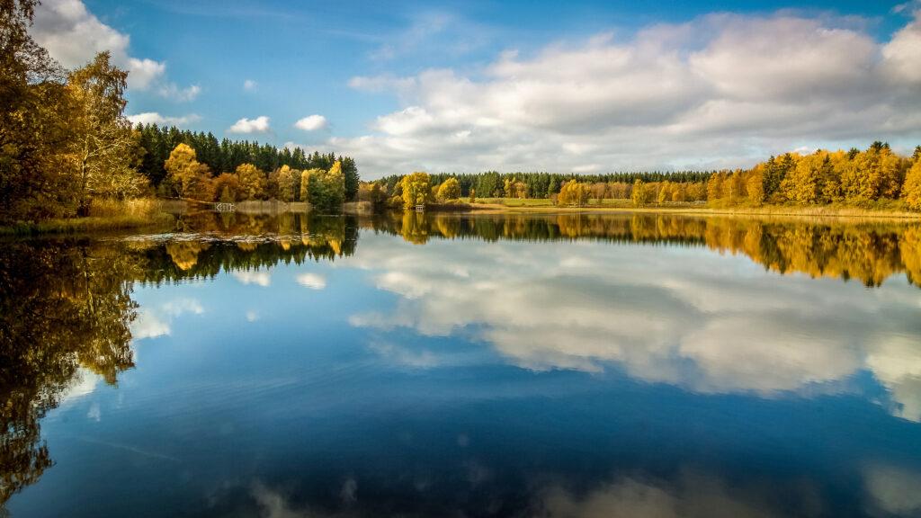 Verkasjön i färgsprakande höstprakt, fin att fiska eller paddla i.