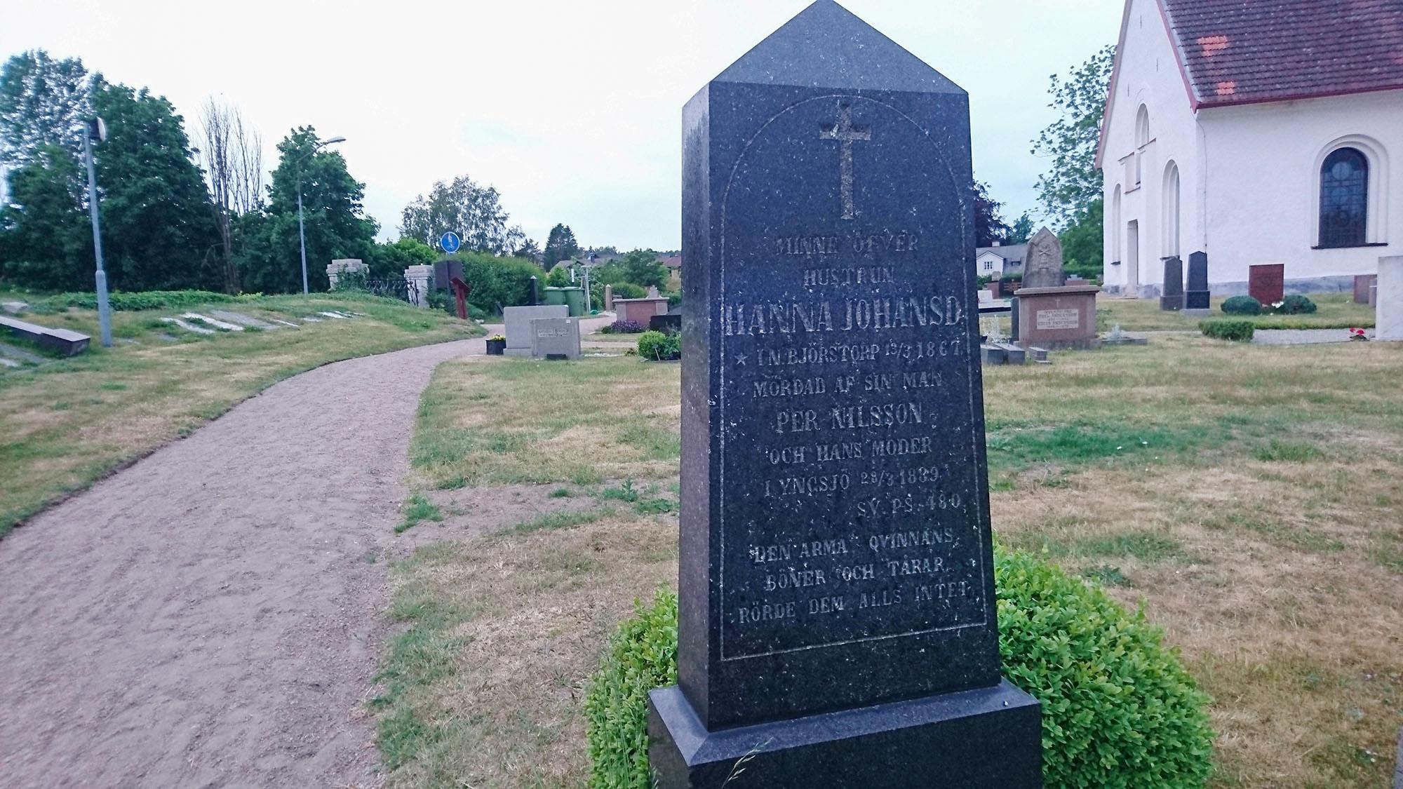 """""""Den arma qvinnans tårar och böner rörde dem alls intet"""", står det på mördade Hanna Johansdotter gravsten i Brösarp."""