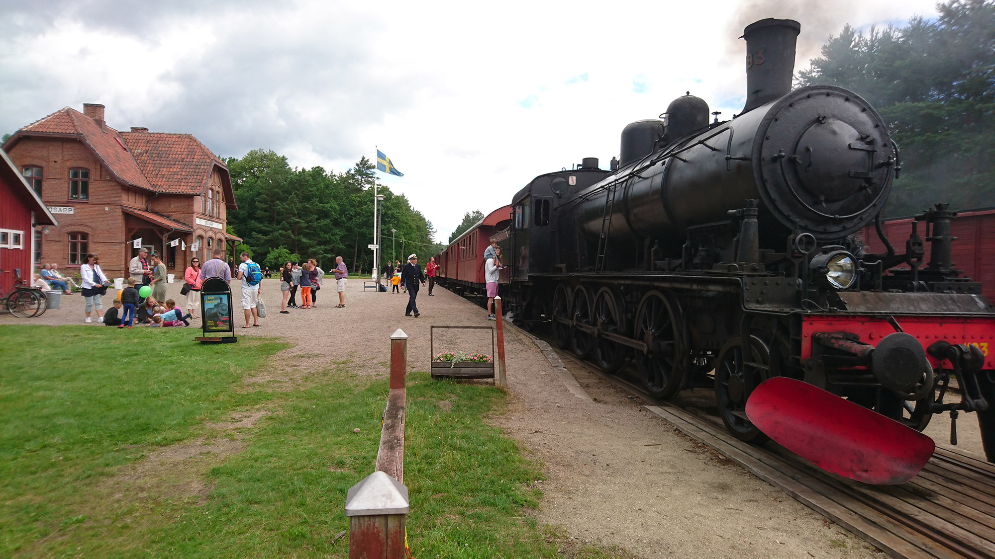 Ångtåget på Österlen redo för avgång från Brösarp station mot Sankt Olof.