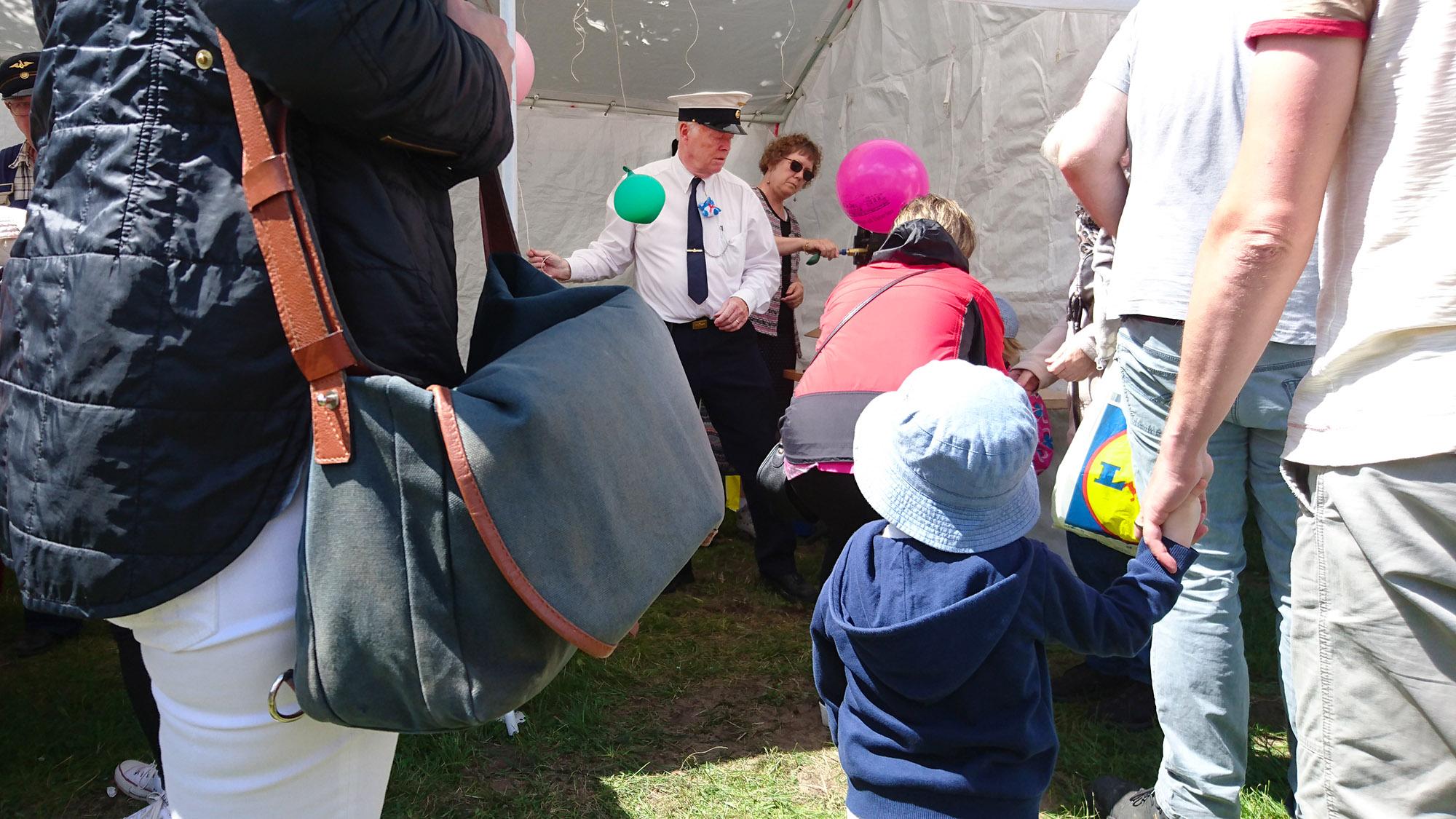 På barnens tågdag får alla barn ballonger och glass och åker gratis med tåget.