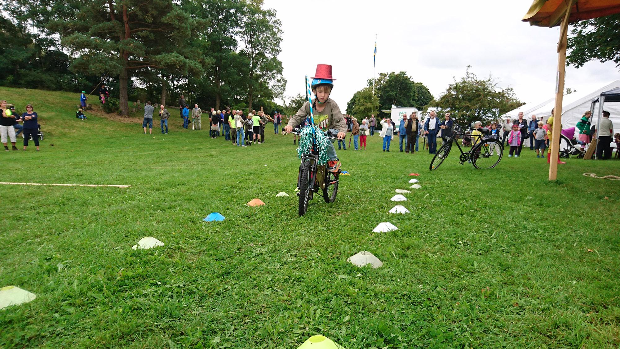 Det är inte lätt att cykla långsamt när cykeln är pimpad som ett disco på hjul.