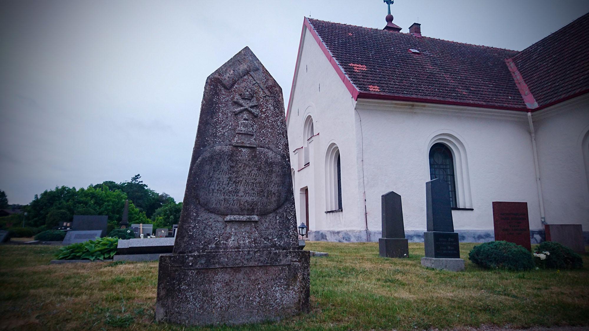 När denna gravsten restes var det vanligt med dödskalle och korslagda ben. Det är alltså ingen sjörövare som vilar här, utan en av byns tidigare gästgifvare.