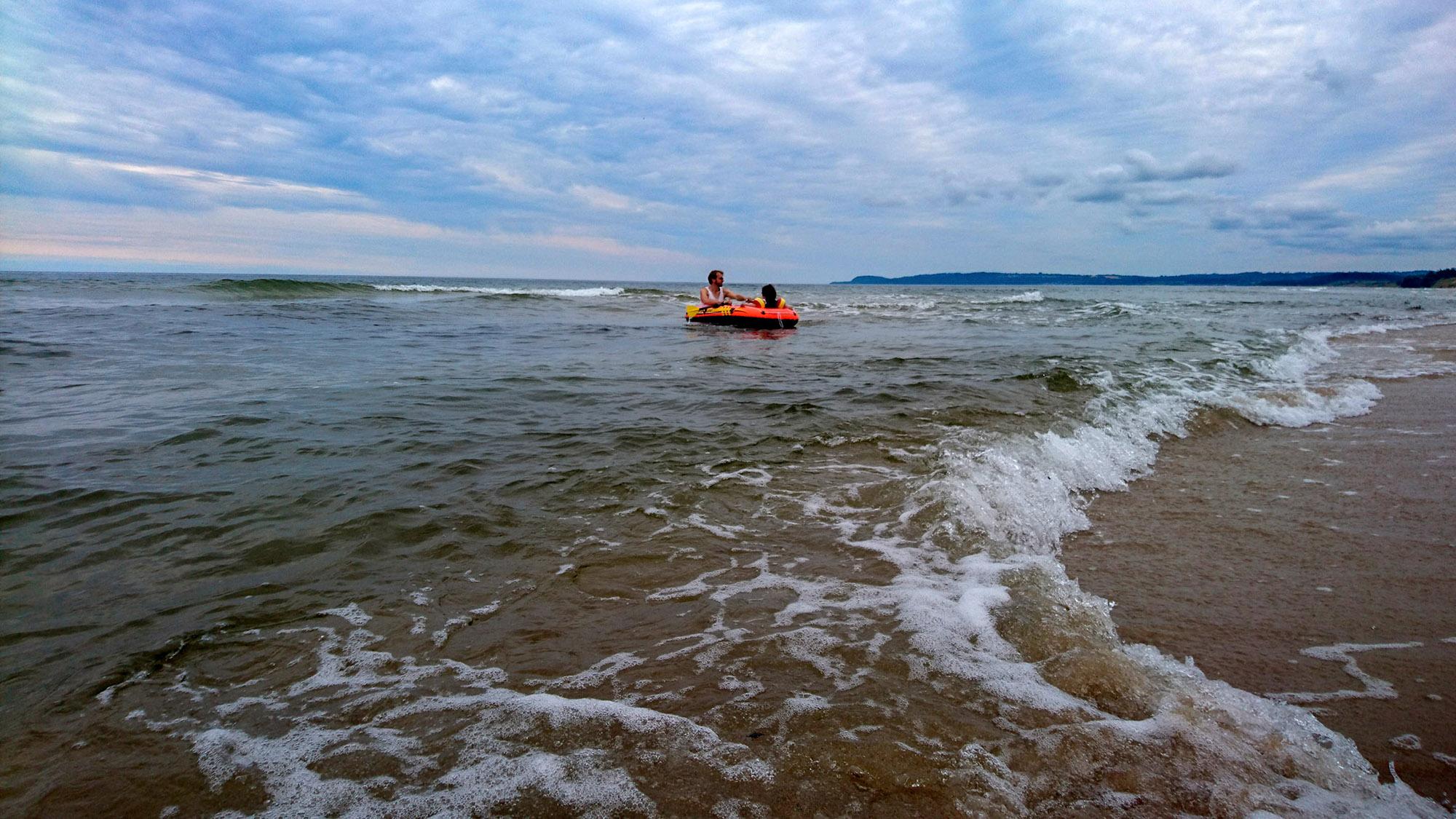 En gummibåt förvandlas lätt till ett sjörövarskepp.