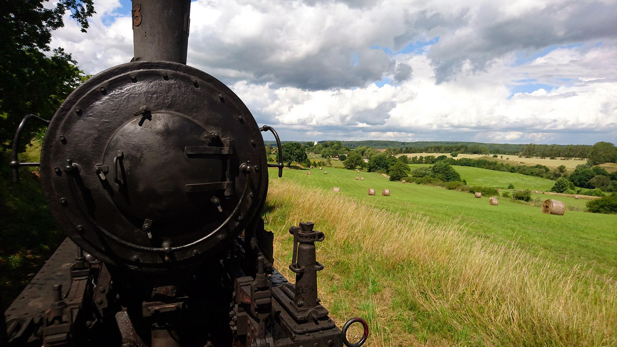 Ångtåget far fram långt från allmänna färdvägar, genom ett landskap som är väldigt vackert.
