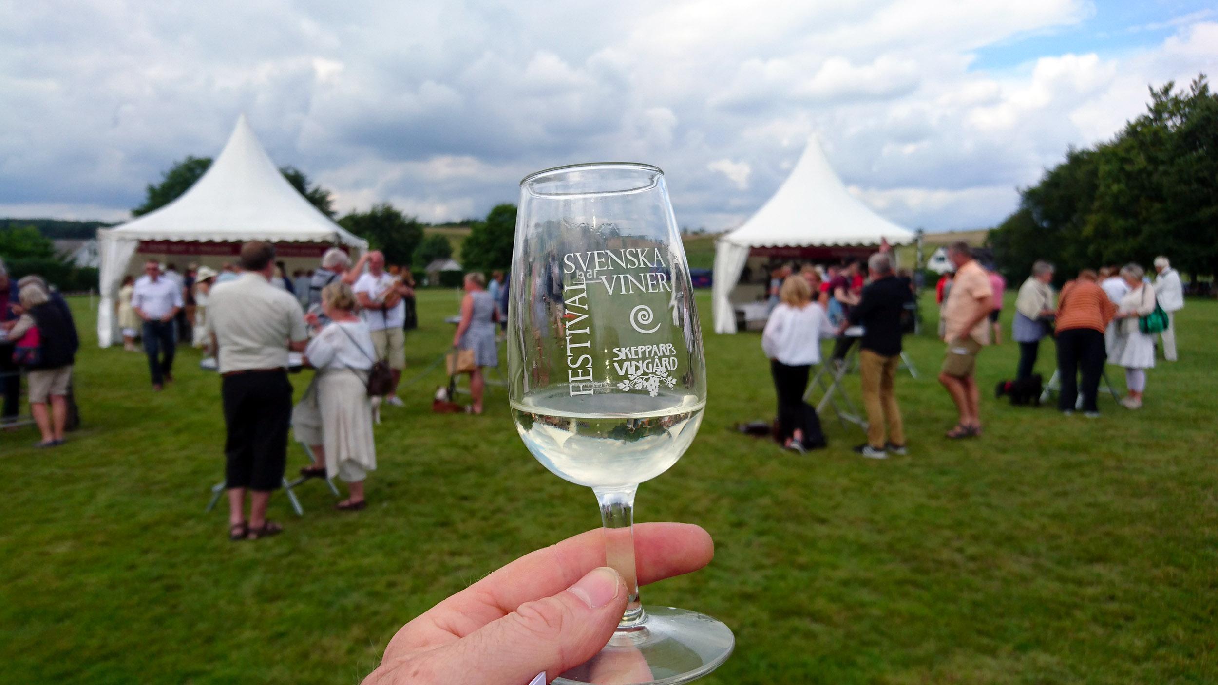 Ett glas Skepparps Grand Prix Solaris från 2014 inleder mitt besök på vinfestivalen på Skepparps Vingård 2016.